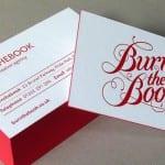 Tarjeta blanca con bordes rojos y tipografía decorativa