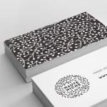 Tarjetas blancas con estampado gris oscuro