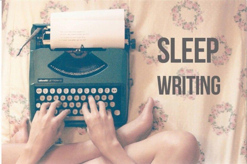 Creativa escribiendo de noche