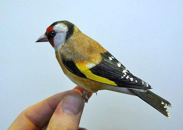 Figura de pájaro realista