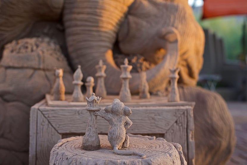 Escultura elefante y ratón jugando ajedrez