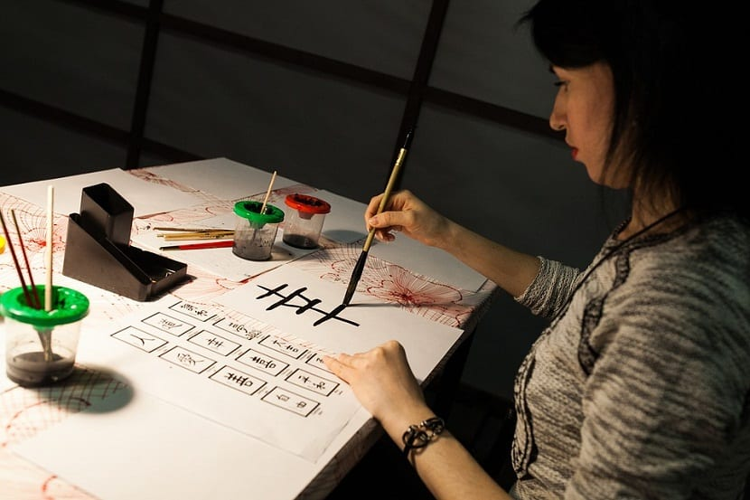 caligrafa realizando su trabajo