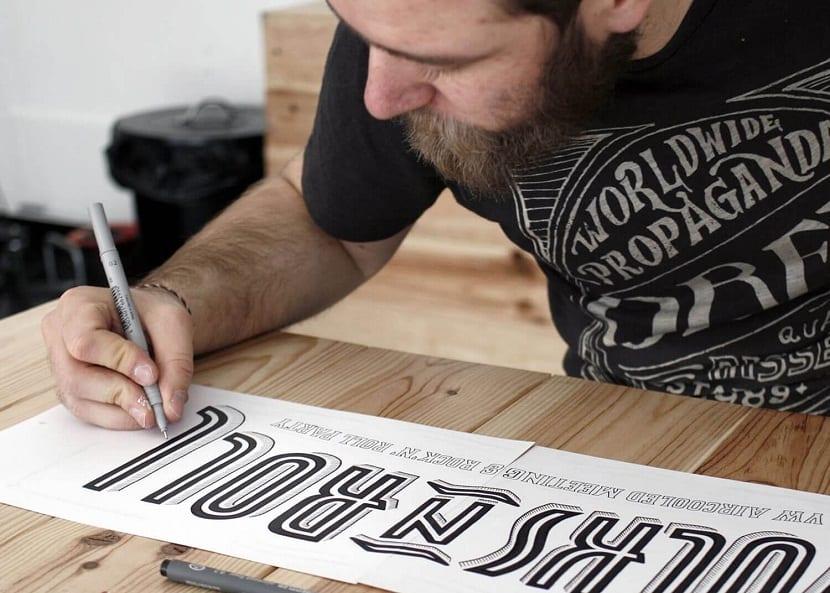 disenador grafico trabajando