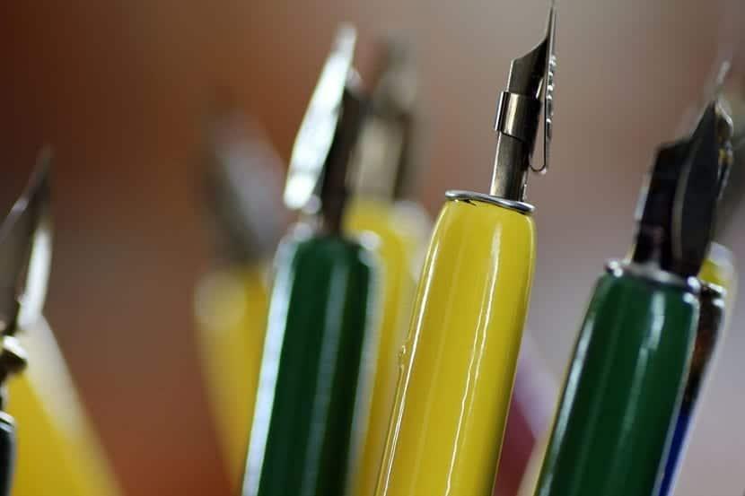 plumas y herramientas utilizadas en la caligrafia