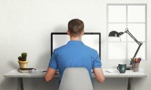 sentado frente el ordenador disenando