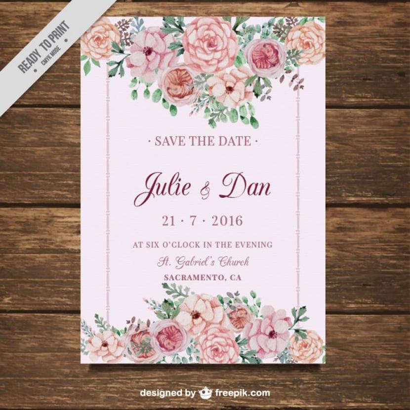 Invitación de boda con flores sobre un fondo rosa