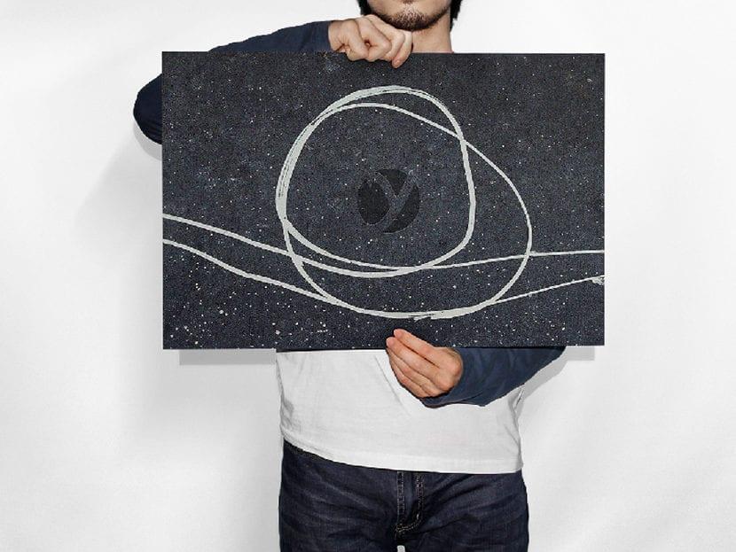 Hombre sosteniendo papel horizontal