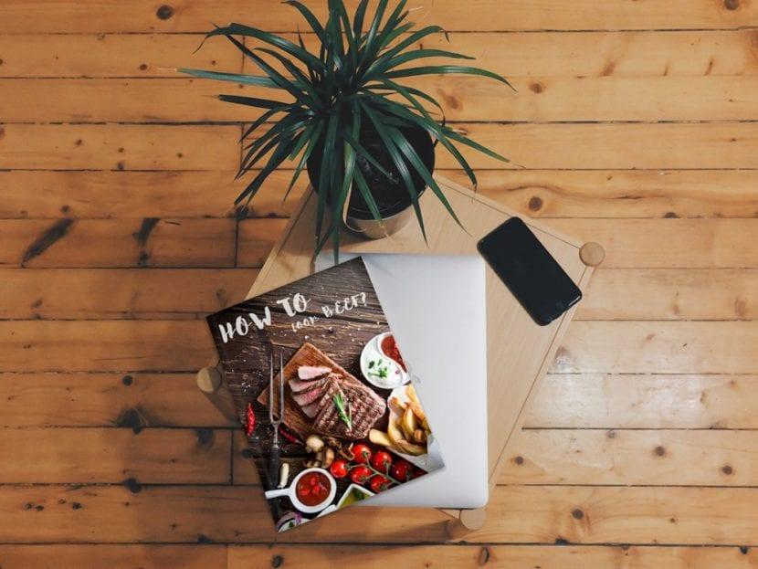 Mockup de revista sobre mesita