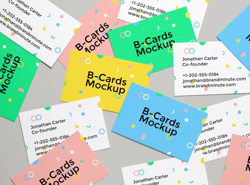 Mockup con grupo de tarjetas desordenadas