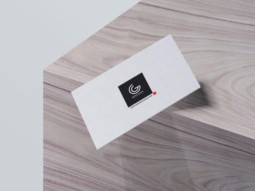 Mockup de tarjetas con efecto de gravedad sobre fondo de madera