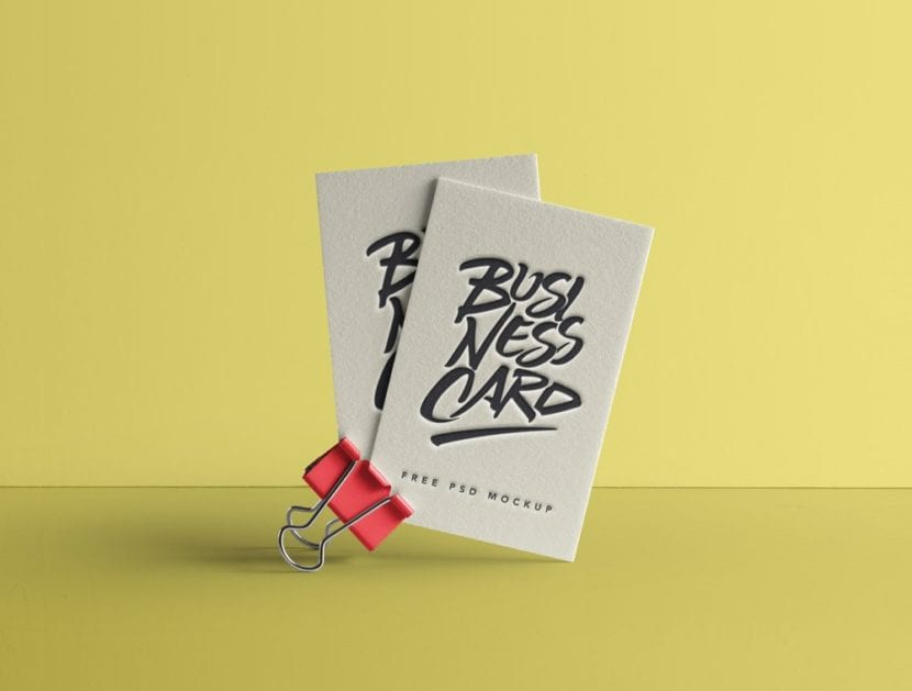 Mockup de tarjetas sostenido por gancho con efecto de relieve