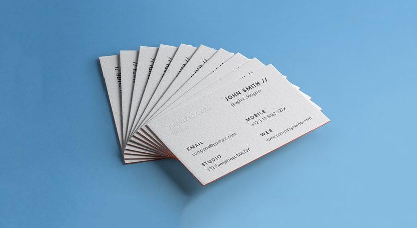 Mockup de tarjetas apiladas con fondo azul