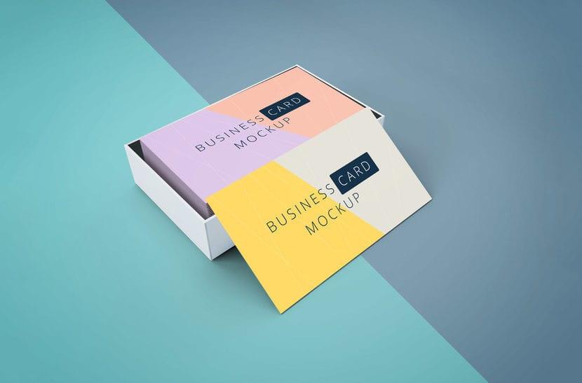 Mockup de tarjetas en caja sobre fondo bicolor