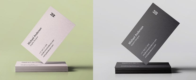 Mockup de tarjeta apoyada en vértice sobre pila de tarjetas