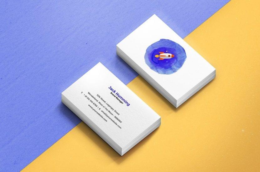 Mockup de tarjetas en ángulo con fondo dividido
