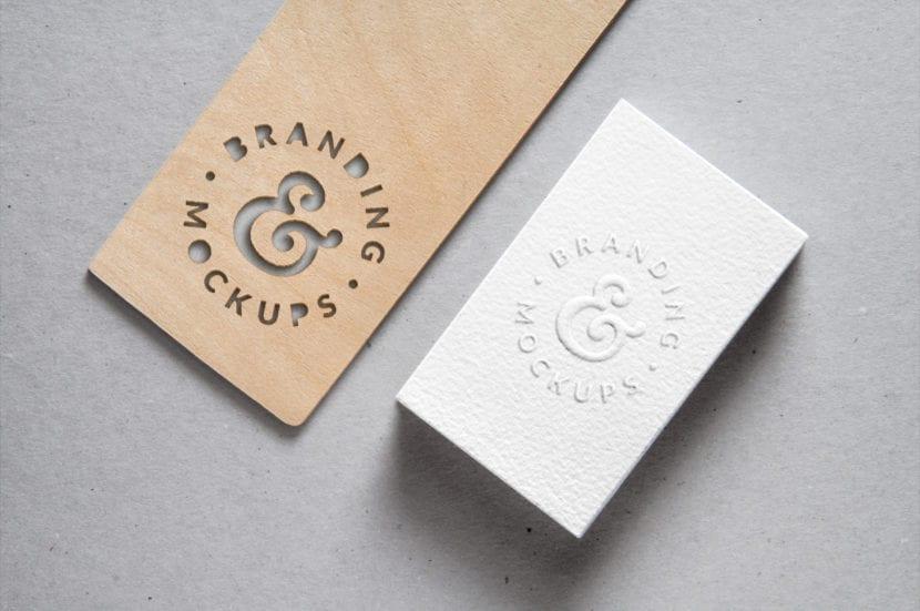 Mockup de tarjeta con relieve y madera troquelada