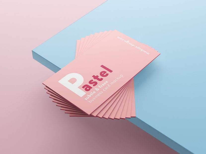 Pila de tarjetas personales sobre borde