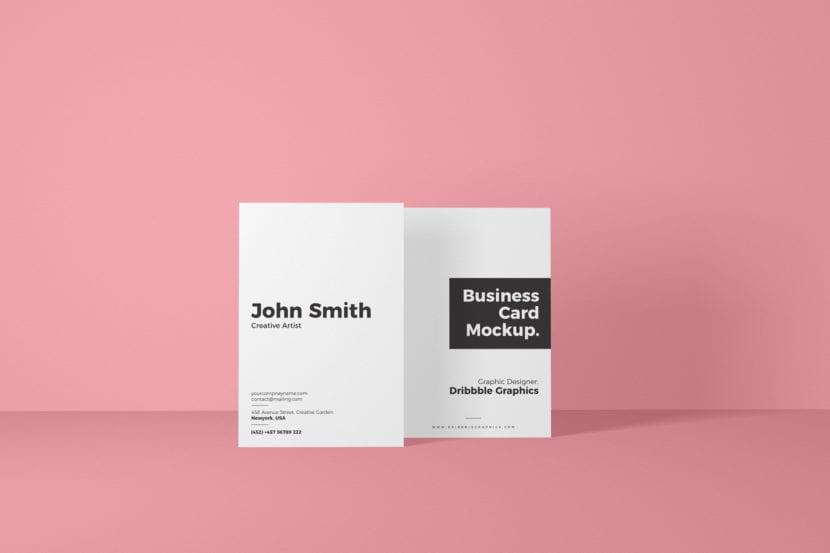 Tarjeta vertical con fondo rosa