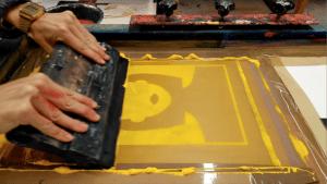 Rascleta cómo herramienta para transferir la tinta a través de la malla.