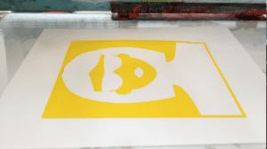 Resultado en tinta amarilla sobre papel