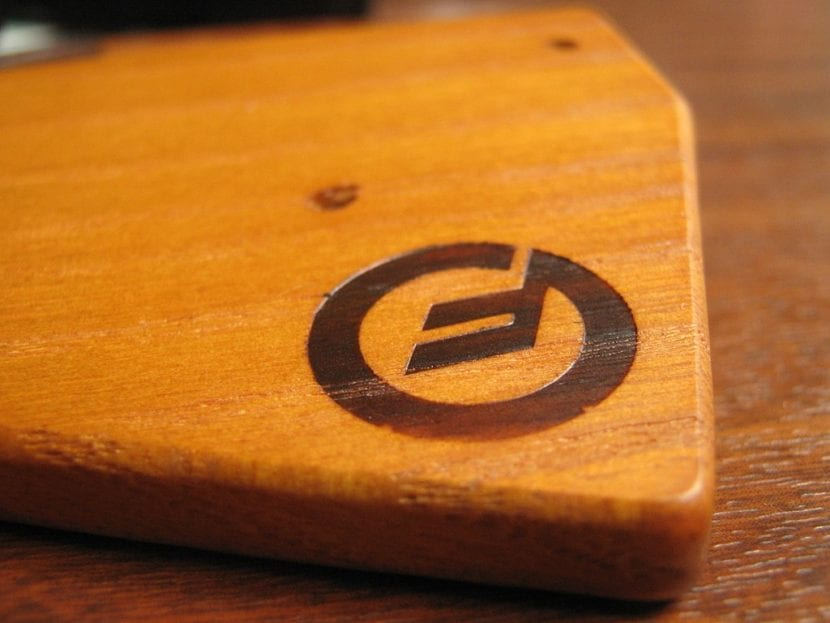 Logo grabado en madera