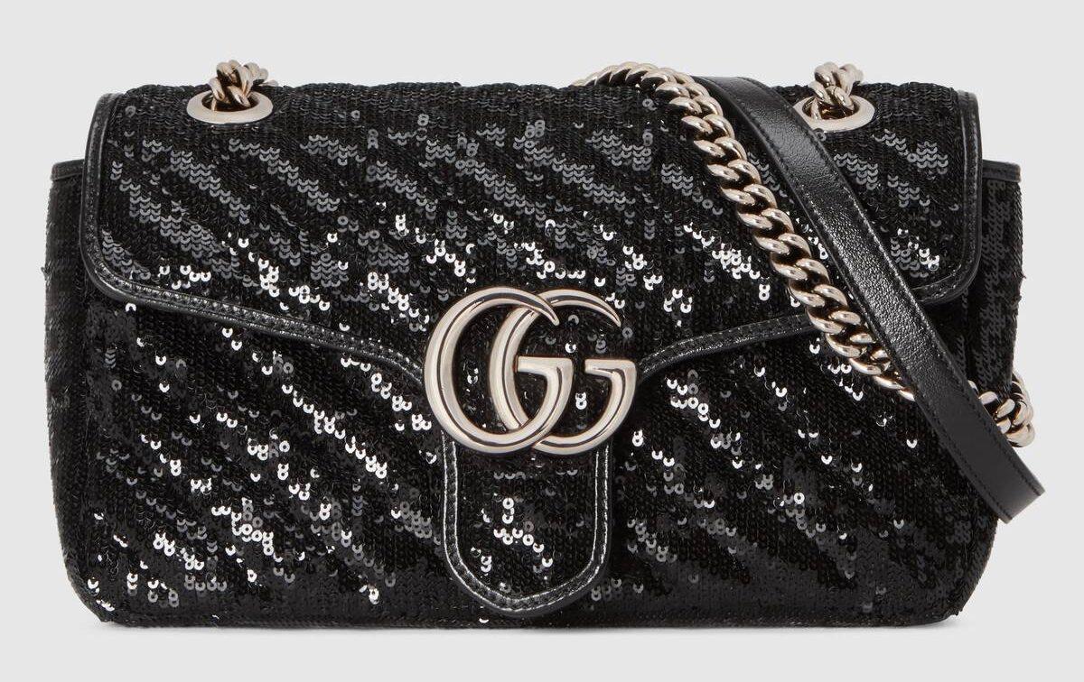 Bolso con el logotipo de la marca de ropa Gucci en versión plata