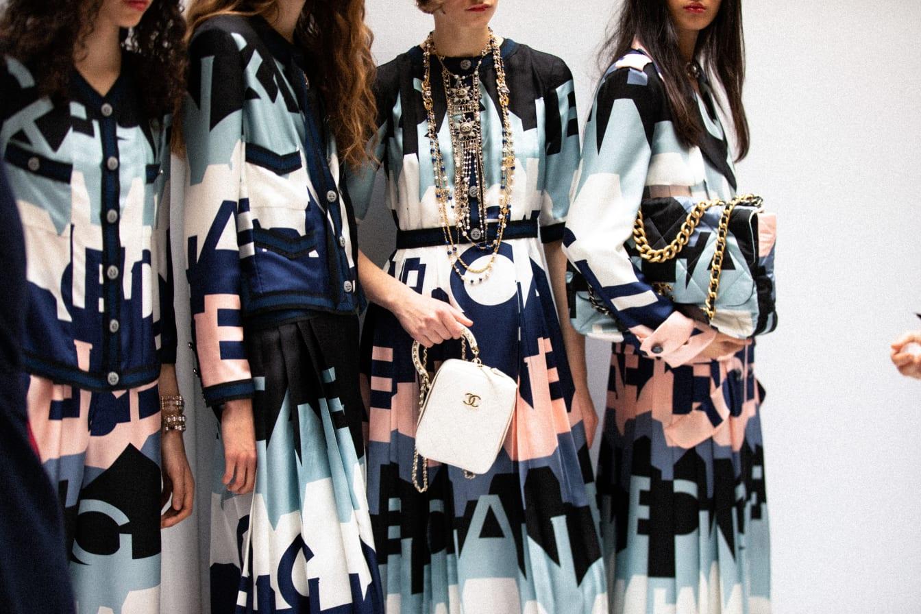 Vestidos Chanel con logotipo como estampado