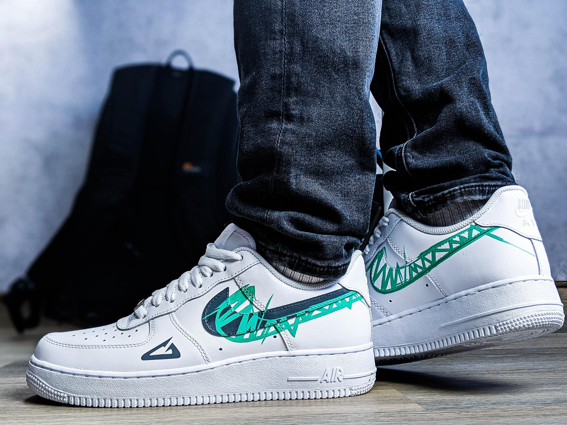Aplicación el logotipo de Nike a unas deportivas