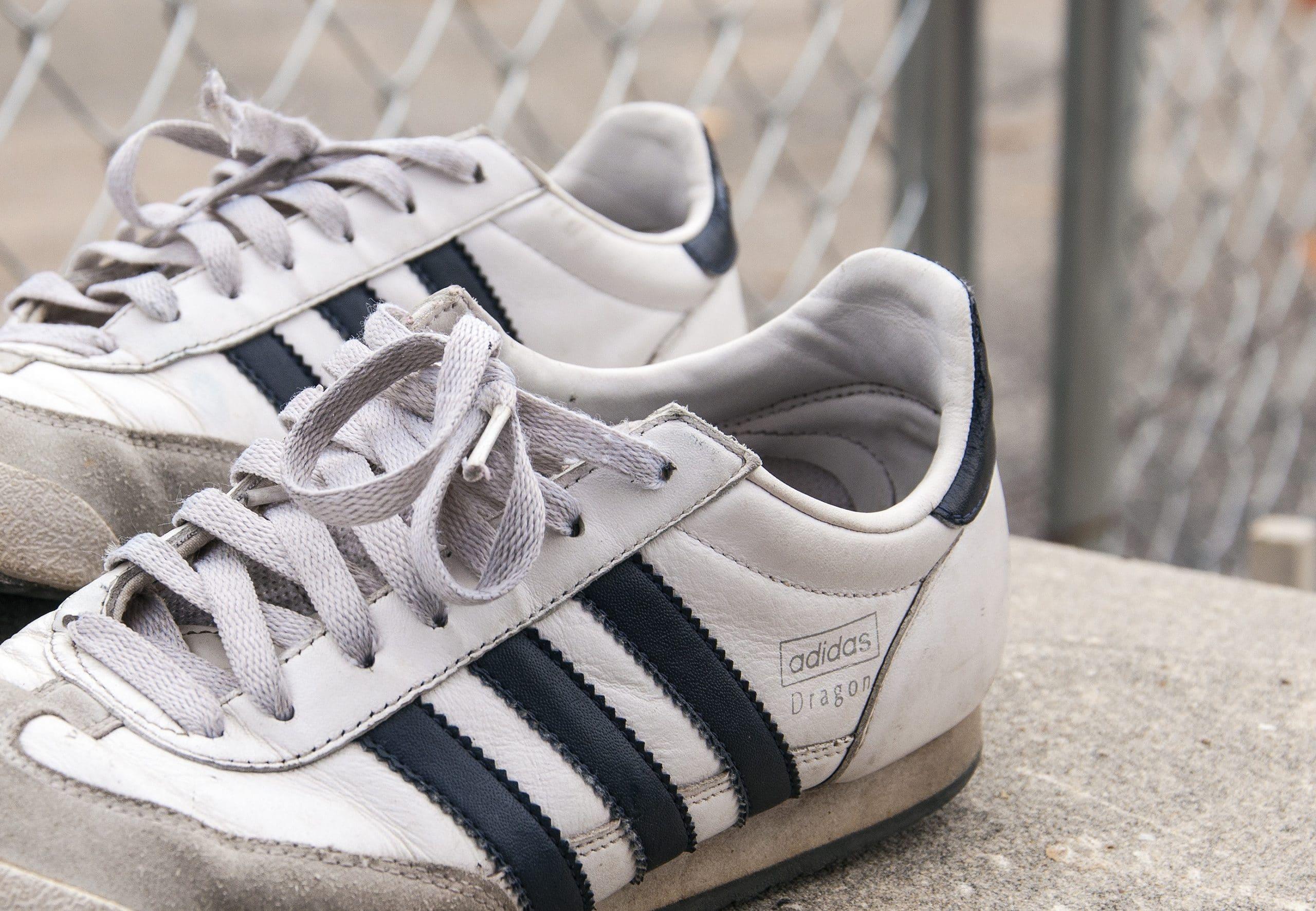 Las tres líneas del logotipo de Adidas aplicadas a una zapatillas